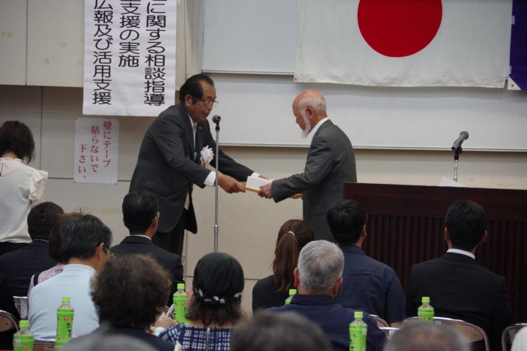 平川会長より永吉前会長へ表彰を授与
